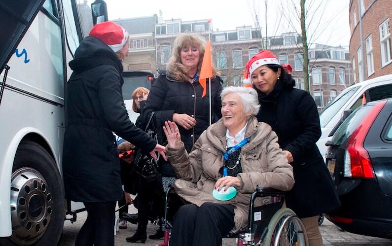 Oudere dame in rolstoel