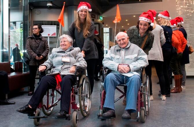 Vrijwilligers met twee ouderen