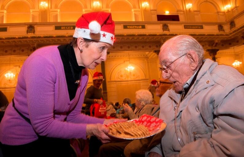 Oudere man krijgt koekjes aangeboden