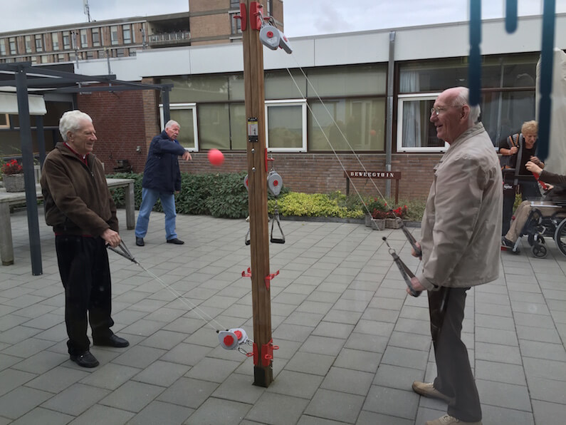 Oudere mannen die armoefeningen doen