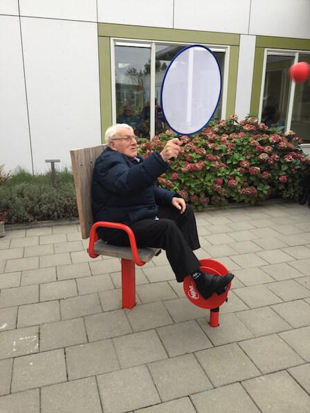 Oudere man met voetfiets