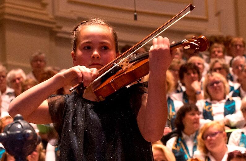 Meisje die viool speelt
