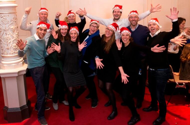 Lachende mensen met kerstmutsen
