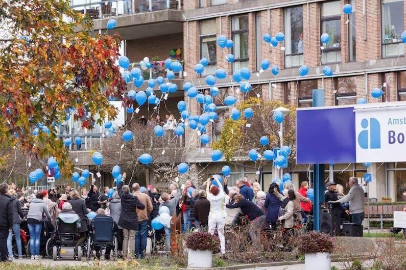 Groep mensen die ballonnen loslaten